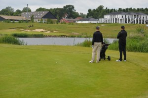 Peter Kaensche og Christian Aronsen overvejer vinden inden andetslaget til hul 18 på Stensballegaard Golf