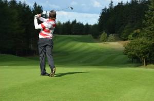 Daniel Løkke på hul 13 i Holstebro Golfklub - et af Danmarks flotteste golfhuller