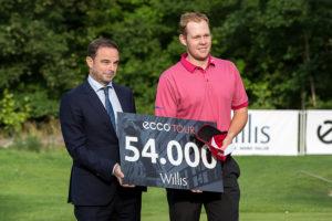Daniel Jennevret vandt fredag Willis Masters. Her ses han med Willis direktør og Kokkedal Golfklubs formand, Lars Gundorph.