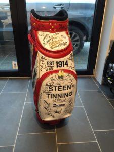 Nyt på auktionen: Steen Tinnings bag fra Made in Denmark signeret af alle spillerne.