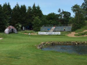 Fredag eftermiddag inviteres du til gratis øl og pølser i Castenskiold Charity Lounge på Lyngbygaard Golfs hul 2.