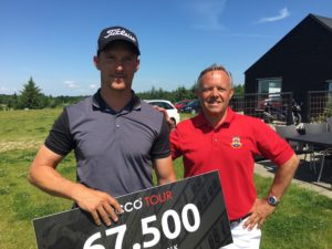 Rasmus Hjelm blev vinder af Jyske Bank PGA Championship by Ejner Hessel 2016. Her overrækkes checken af direktør for Silkeborg Ry Golfklub, Mads Rugholm.