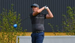 Nicolai Tinning fører suverænt Made in Denmark Qualifier og har vel sagtens det ene ben på Himmerland Hill. Lørdag skal arbejdet gøres færdigt på Skjoldenæsholm Golf Center