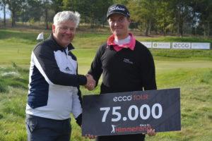 Alexander Wennstam overrækkes vinderchecken ved Race to Himmerland 2016 af Claus Birk Larsen, direktør i Himmerland Golf & Spa Resort.